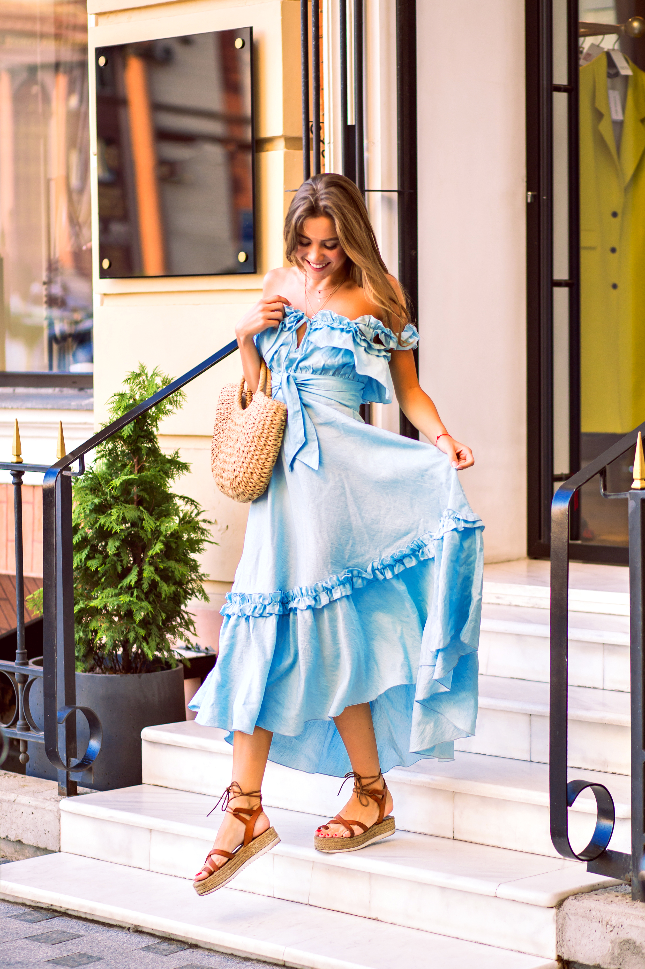 blogModacad-Estilo-Primavera-Ver-o-magnificent-positive-young-stylish-woman-posing-on-the-street-wearing-feminine-trendy-dress-and-straw-bag-soft-sunny-colors-summer-vacation-time