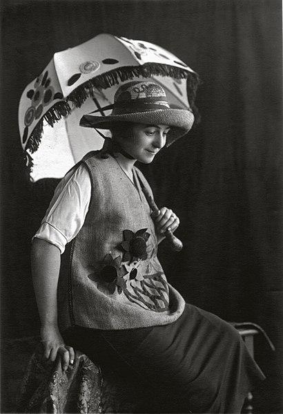 410px-Sonia_Delaunay_wearing_Casa_Sonia_creations-_Madrid-_c.1920