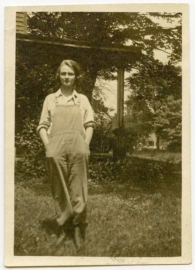 648px-Missouri_Woman-s_Club_member_wearing_overalls-1